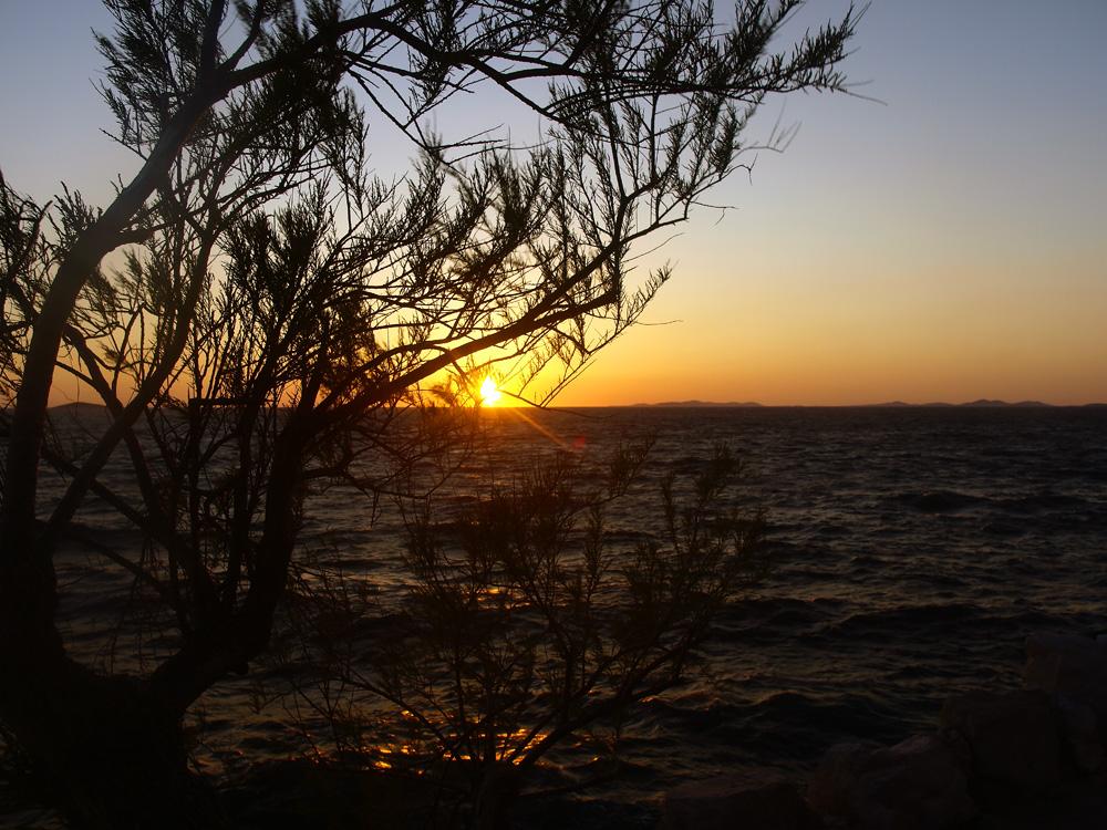 Coucher de soleil au bord de la mer ...