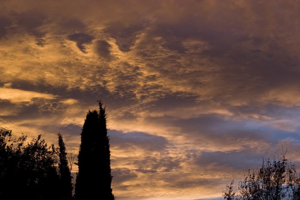 coucher de soleil dans les couleurs de la provence