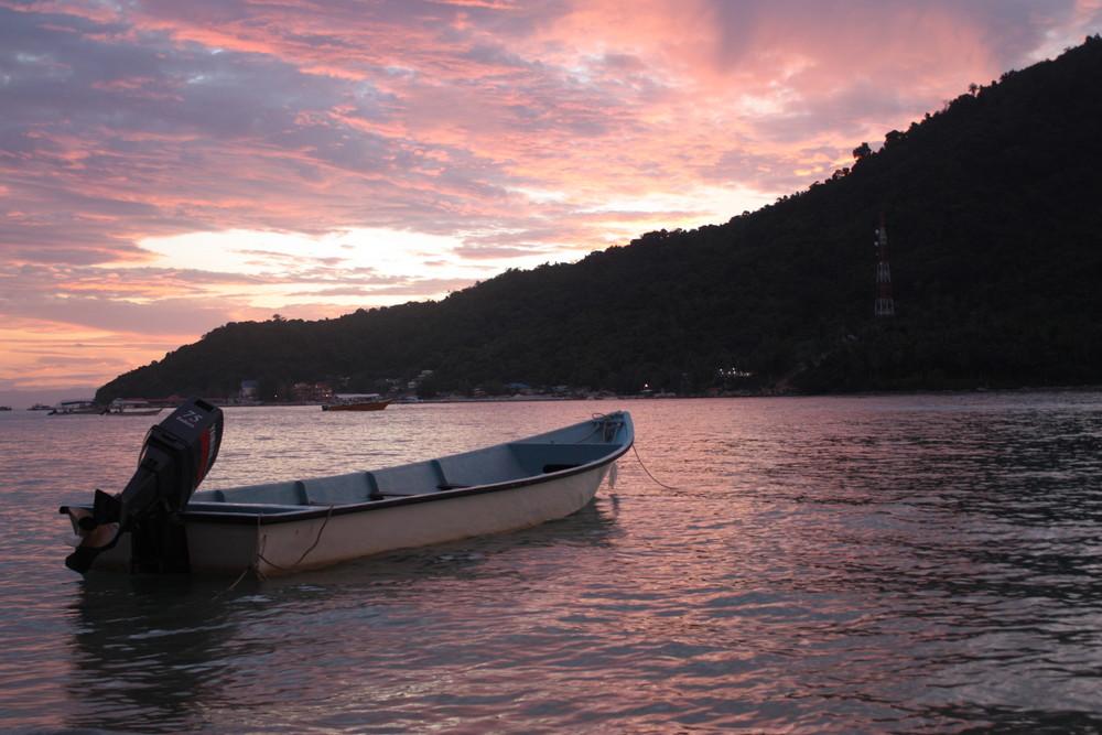 coucher de soleil derriere une ile