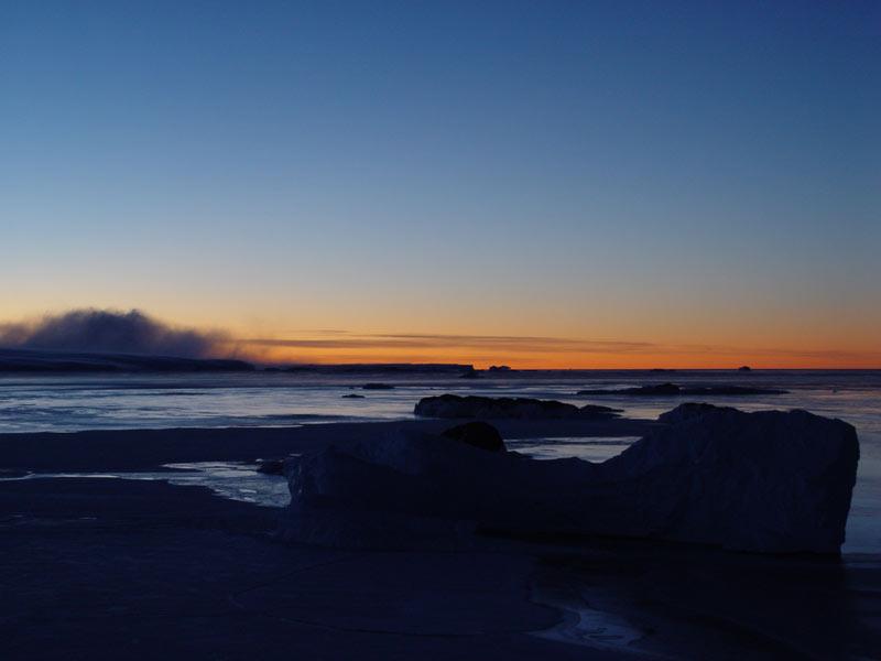 coucher de soleil et mur de neige