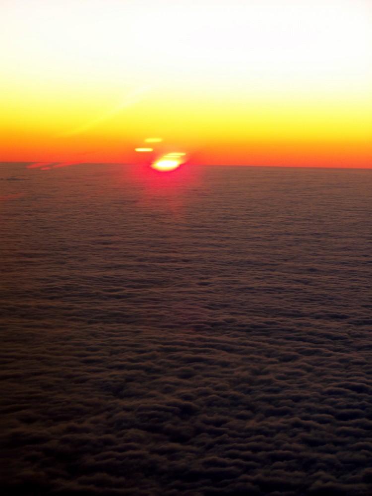 Coucher de soleil par dessus les nuages
