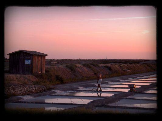 Coucher de soleil près des marais salants