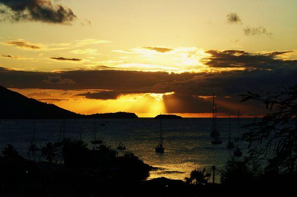 Coucher de soleil sur la Baie des Saintes aux Caraïbes