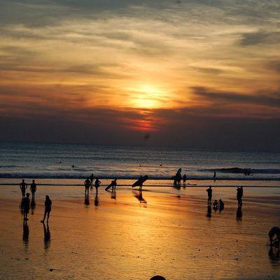 Coucher de soleil sur la plage a bali
