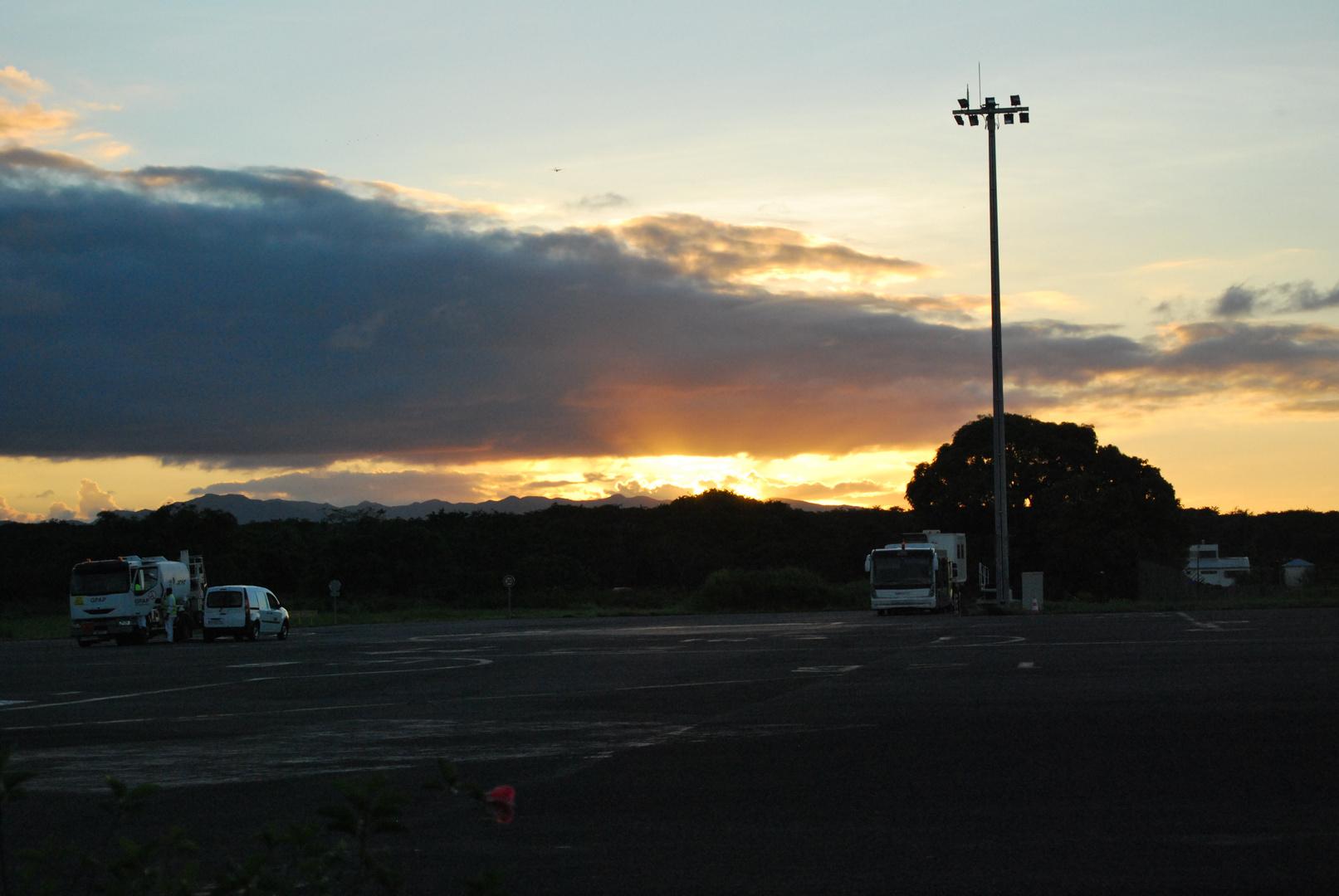 COucher de soleil sur laéroport de Guadeloupe