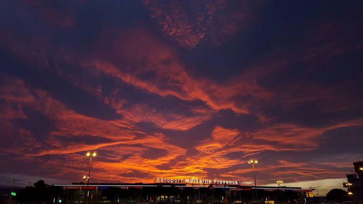 coucher de soleil sur l'aéroport marseille-provence