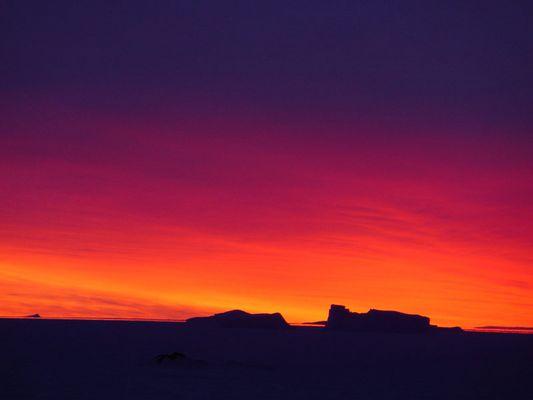 coucher de soleil sur le continent antarctique