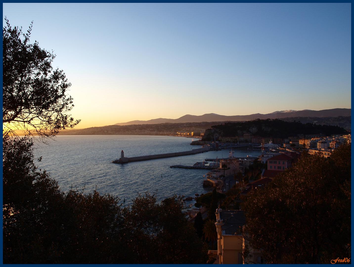 Coucher de soleil sur le port et la baie des Anges