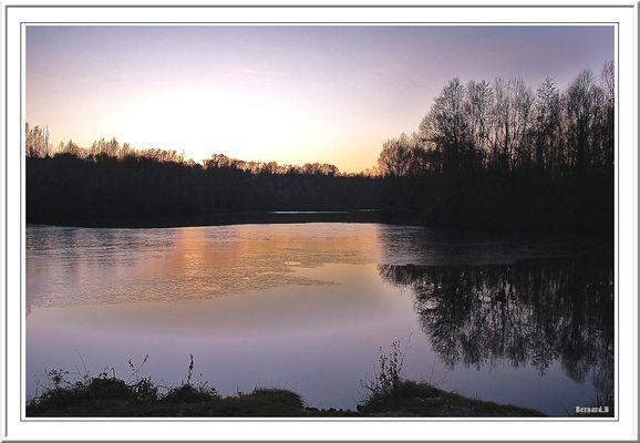 Coucher de soleil sur l'étang gelé