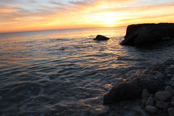 Coucher de soleil sur roches de bord de mer