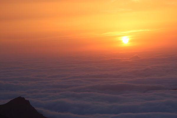 Coucher de soleil sur une mer de nuages