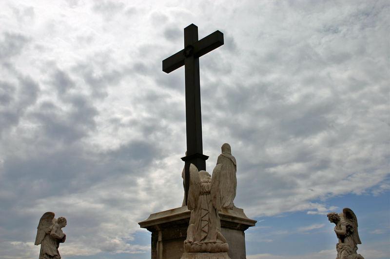 Courbés devant la Croix