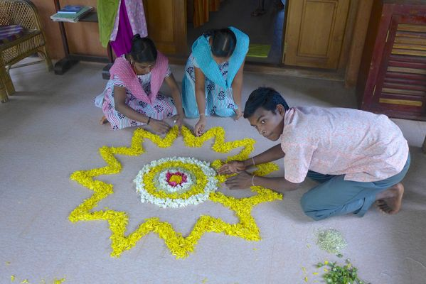 Creation d'un Pookalam au Kerala-India