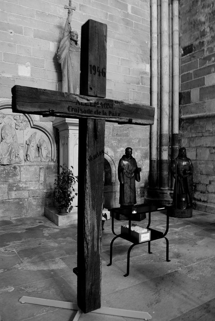 croix dans la basilique, vezelay