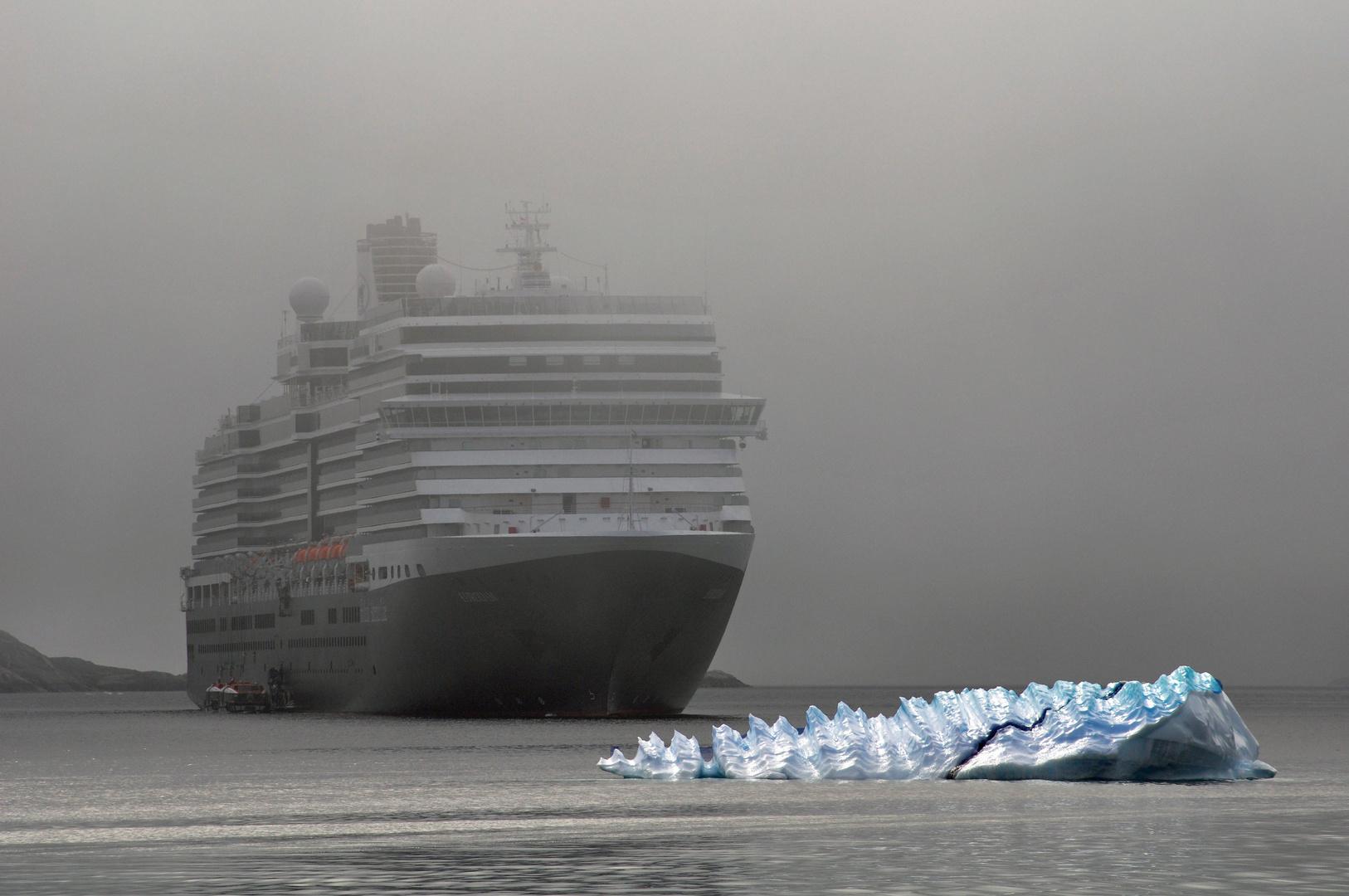 Cruiseship mit Eisberg