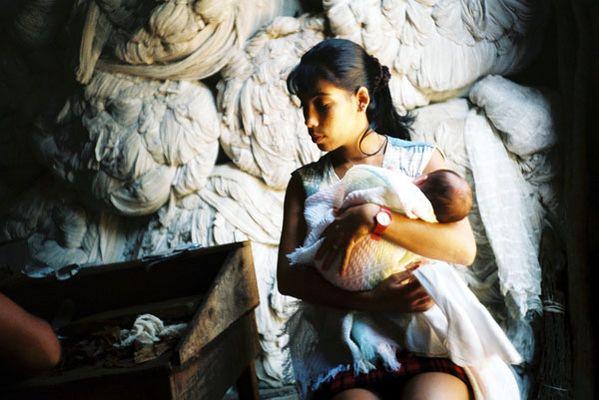 Cuba - Junge Mutter auf Tabakplantage