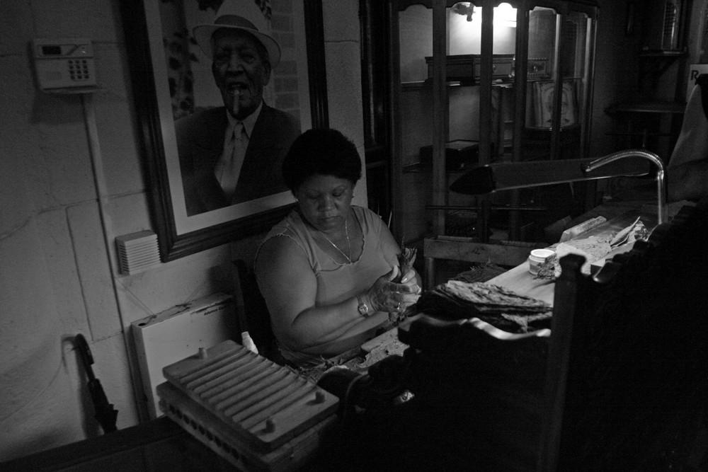 Cubana che fa i sigari