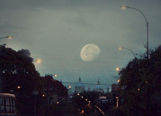Cuenca y una luna.