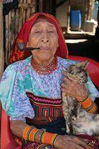 Cuna-Indianerin mit Hauskatze