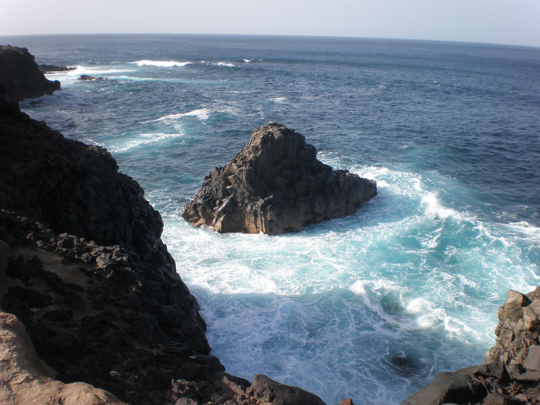 Curioso basalto en el mar.