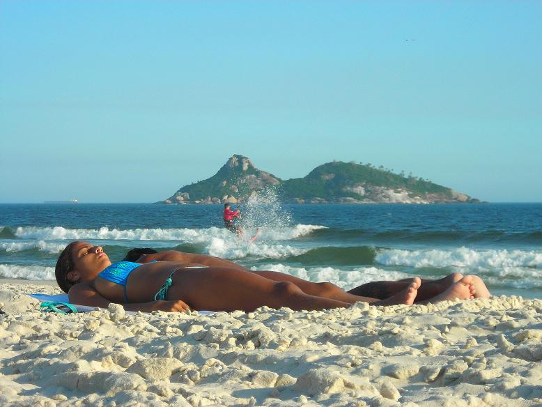 Curtindo o Sol. Curtindo o mar. - Enjoying the Sun. Enjoying the Sea. / Serie: Life in Rio.