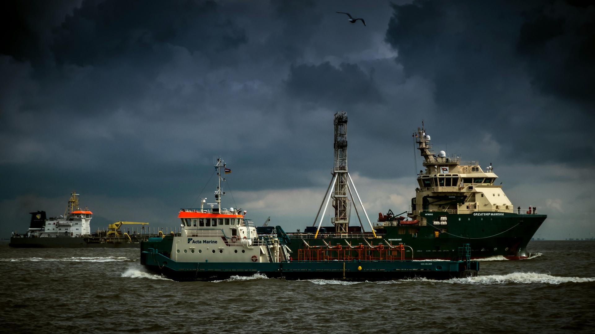 Cuxhaven - Viel Verkehr auf der Elbe