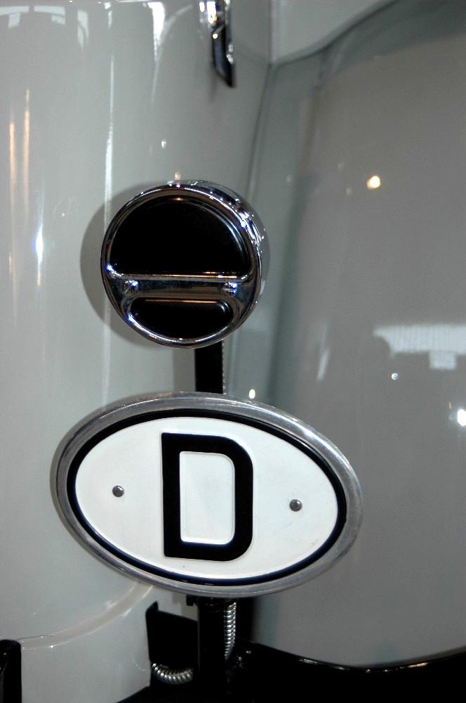 D-Schild an einem weißen Oldtimer