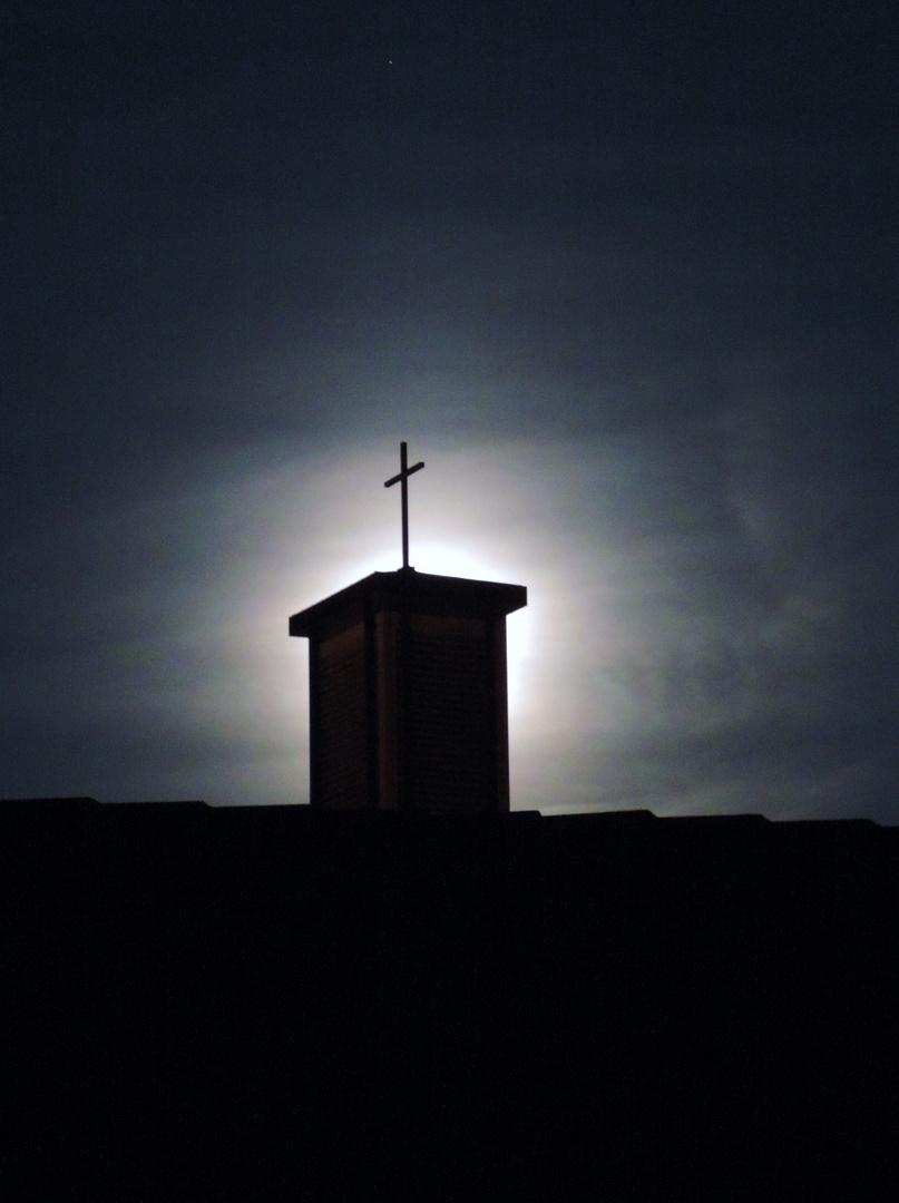 Da hat wohl Gott vergessen das Licht im Kirchturm zu löschen