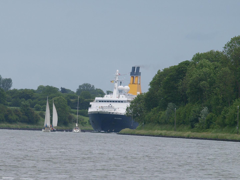 da kommt ein Kreuzfahrtschiff um die Ecke ...