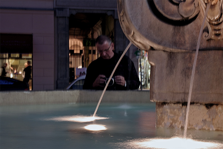 da will man nichtsahnend des Nächtens in Linz einen Brunnen fotografieren ...