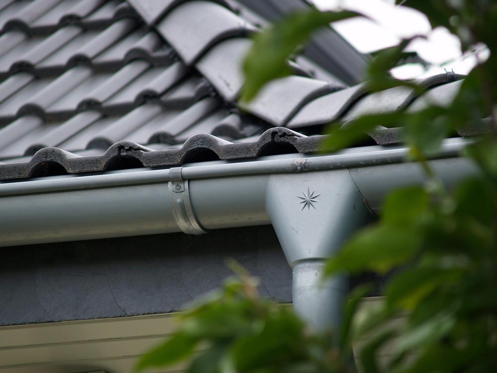Dachdetail Übergang Dachrinne zum Ablaufrohr