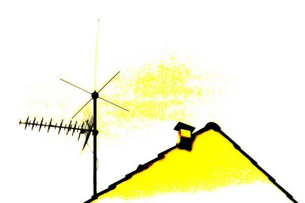 Dachgiebel mit Antenne, oder seit wann ist der Himmel gelb?