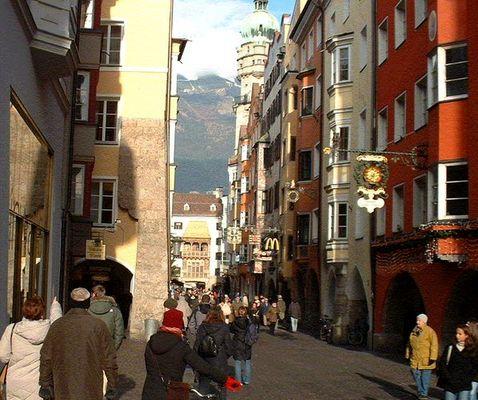 Dachl mit Stadtturm und Alpen