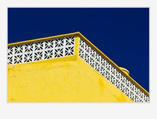 Dachterrasse in Gelb und Blau