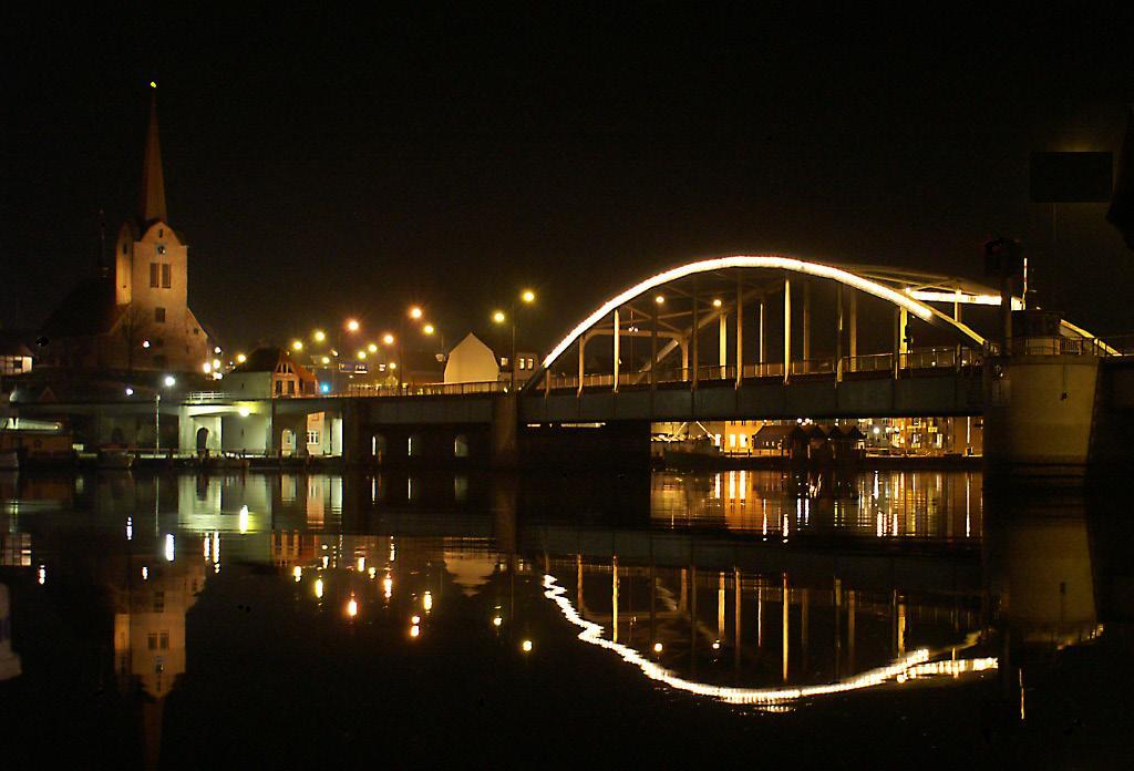 Dänemark, Sonderburg - Hafenbrücke und Kirche eine Nacht im Juli 2010