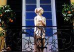 Dama sonriente en un balcón ...