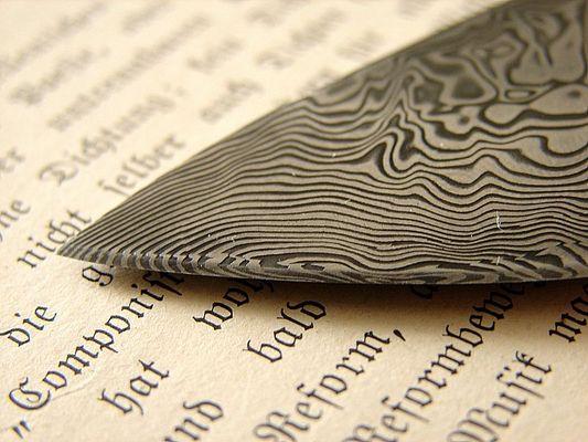 Damast Jagtmesser auf gotischer Schrift