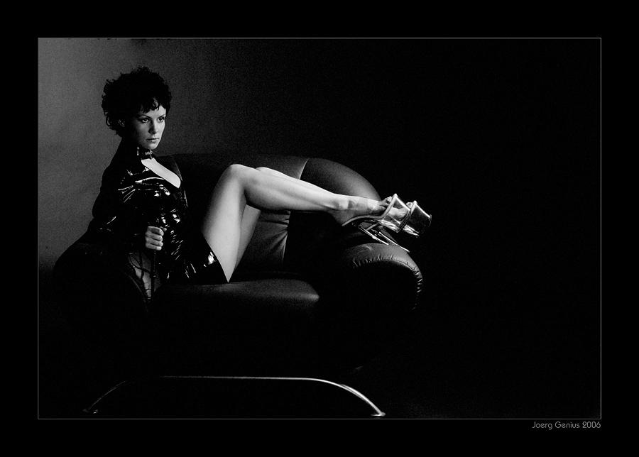 Dame auf Sessel