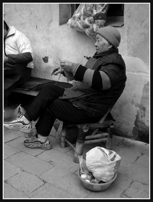 Dame Chinoise au tricot