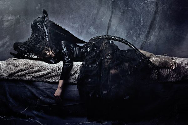 ...Dame in schwarz....