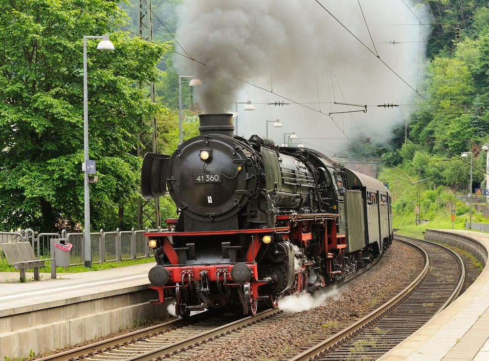 """Dampflok 41360 """"Lady of Bismarck"""" bei voller Fahrt durch Frankenstein, vom..."""