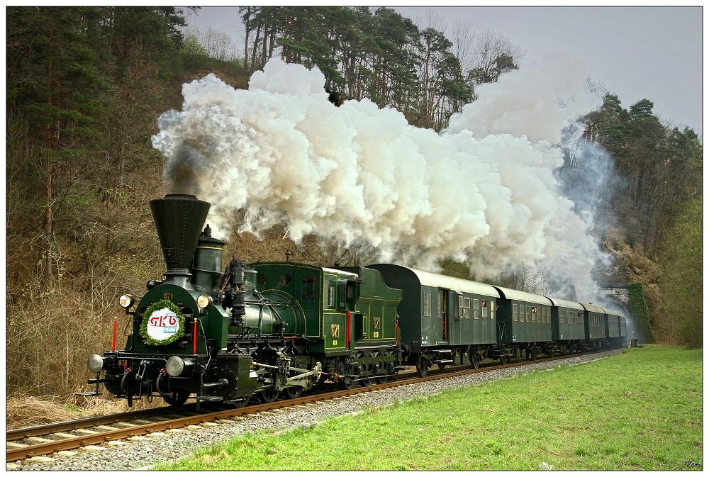 Dampflok 671 fährt aus dem Rosentaler Tunnel
