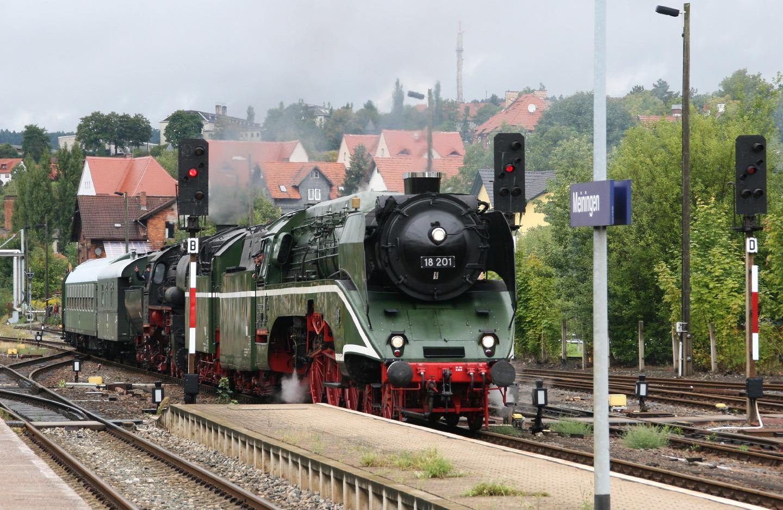 Dampfloks 18 201 und 52 8079 in Meiningen 1.