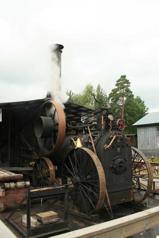 Dampfmaschine treibt Sägewerk an