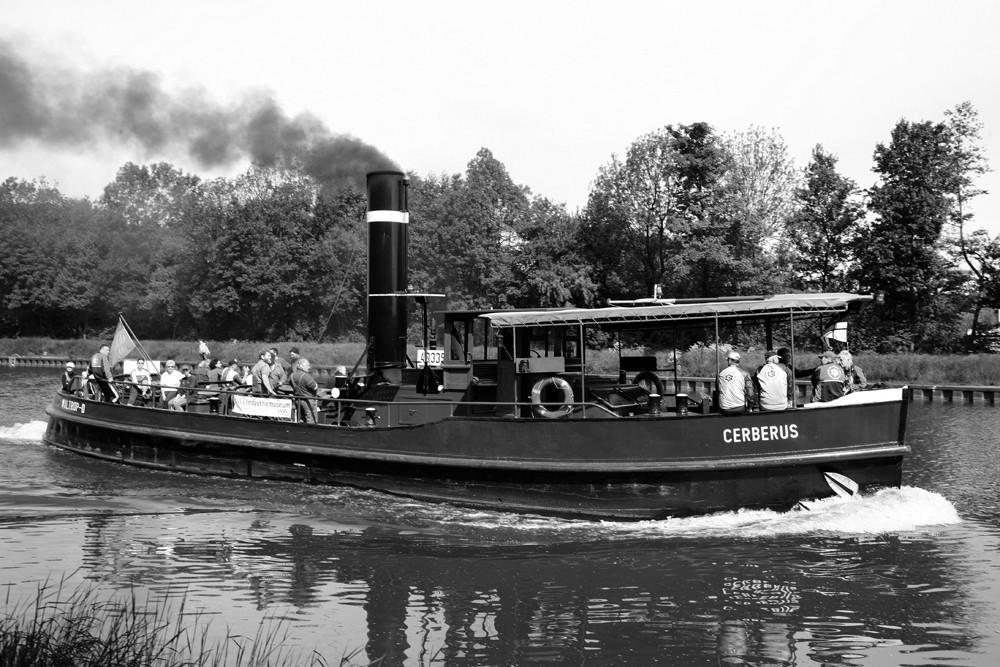 Dampfschiff mit Kohle befeuert