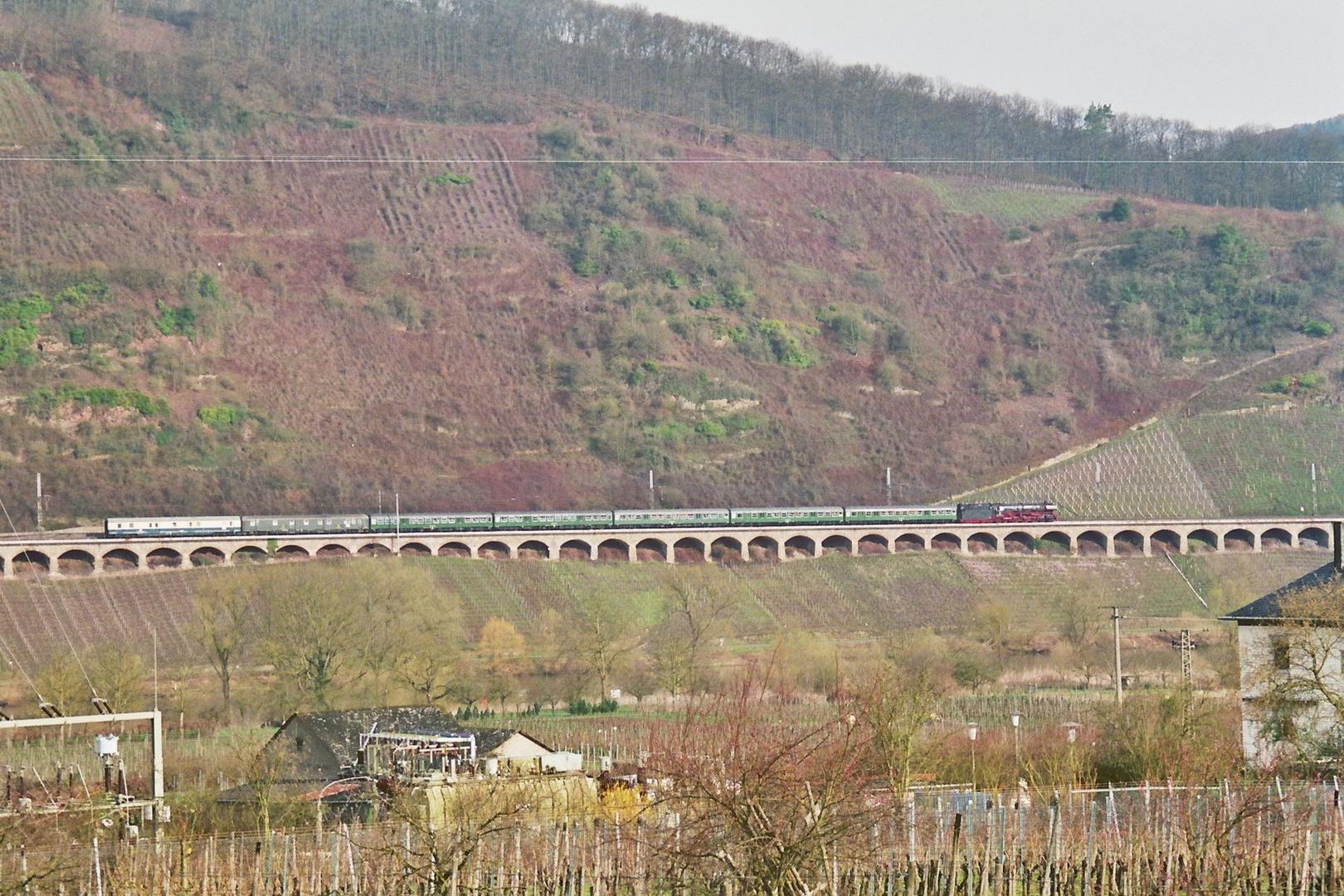 Dampfspektakel 2010   Die Lok 01 1066 auf dem  Pündericher Viadukt