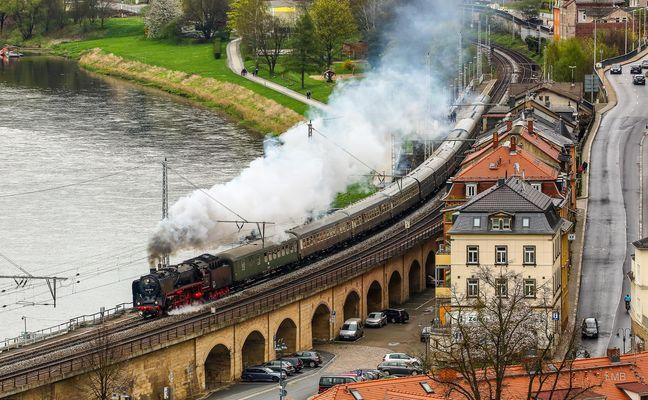 Dampfzug an der Elbe