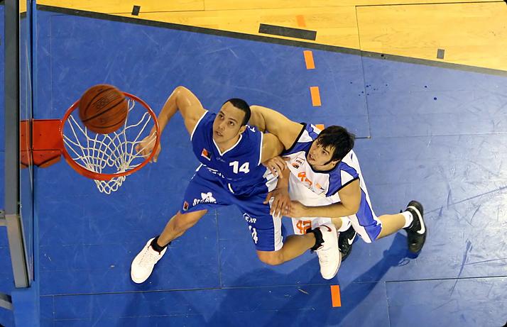 Dan Oppland (weiss) gegen Kyle Jeffers (blau)