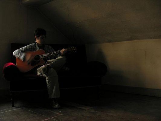 daniel, gitarre spielend.