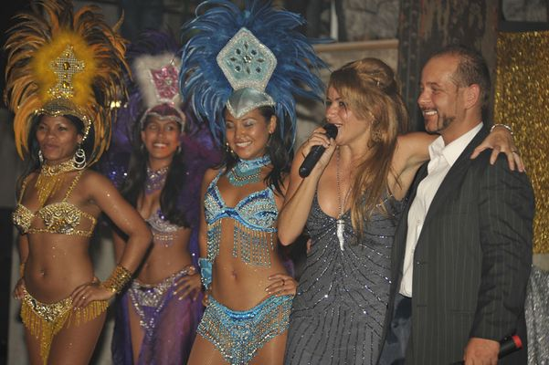 Daniela de Lima mit gücklichem Veranstalter und Sambagirls